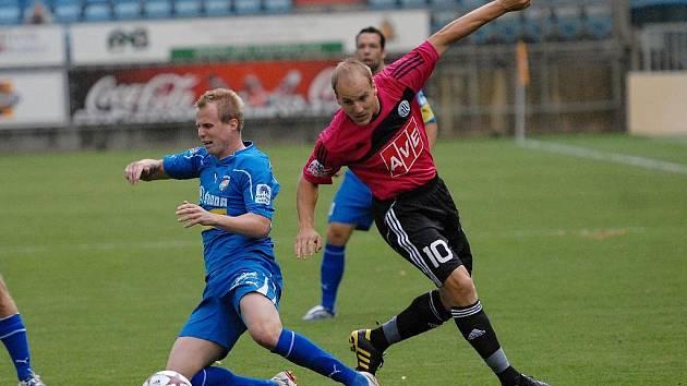 Pavel Mezlík v minulém domácím zápase Dynama s Plzní stíhá plzeňského Limberského.