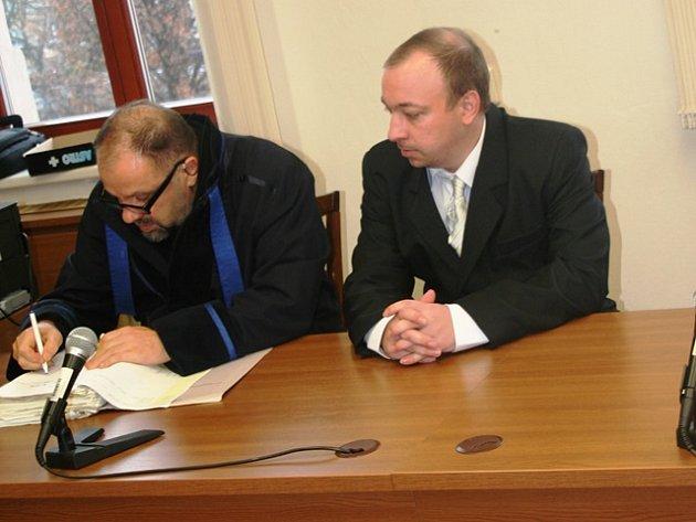 Tomáši Pospíšilovi (na snímku s  advokátem Josefem Šírkem) hrozilo pět až 12 let vězení. Od soudu odcházel s podmínkou.