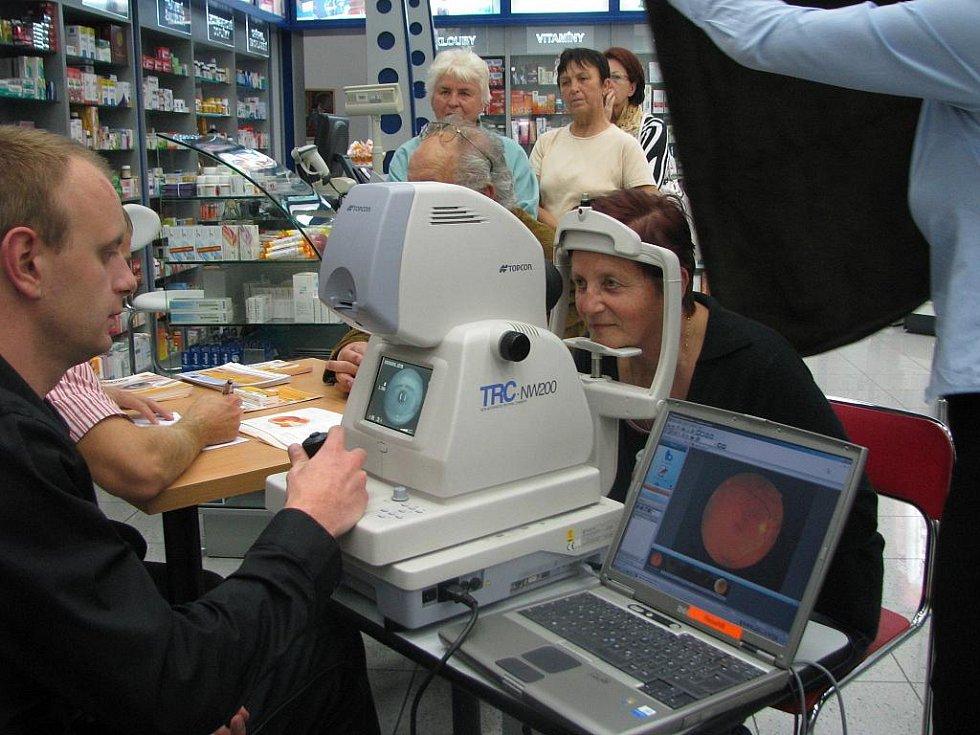 Alena Kotrbová z Lišova má se zrakem problémy. Nechala se proto včera pro jistotu vyšetřit v improvizované ordinaci v Mercury Centru. MUDr. Jan Šimek jí ale nepříjemnou diagnózu věkem podmíněné makulární degenerace sdělovat nemusel.