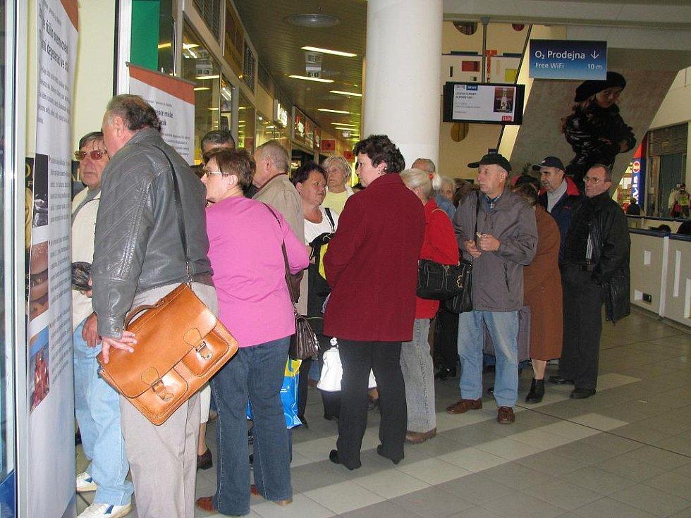 Nekonečná fronta zájemců o konzultaci se táhla až k eskalátorům. Pohovor a samotné vyšetření přitom trvaly sotva pár minut.