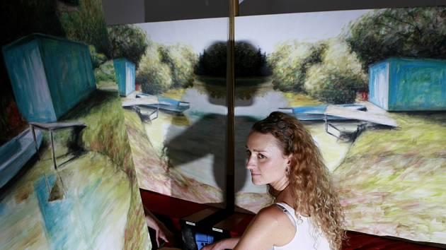 Malířka Petra Šnokhausová tvořila na sympoziu v Alšově jihočeské galerii.