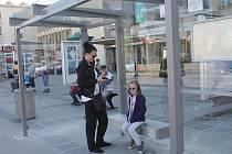 Zastávka MHD před DK Metropol.