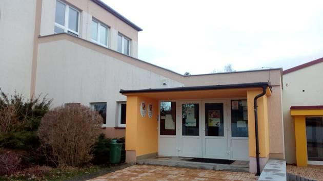Uzavřená Základní škola a Mateřská škola Dubné. Informace na dveřích upozorňuje, že úkoly dostanou děti přes internet pomocí už šest let využívaného programu.