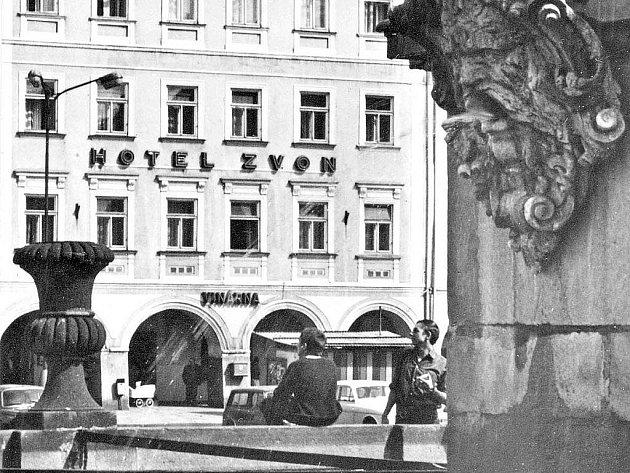 Samsonova kašna a hotel Zvon na pohlednici z 2. poloviny 20. století.