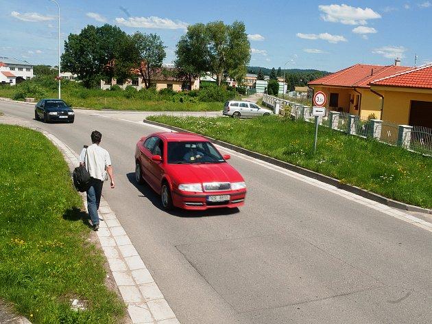 Po současné spojce z Vrbného do Vráta denně projedou až tři tisíce vozidel. Silnice ale na některých místech připomíná spíše tankodrom a navíc je velmi úzká.