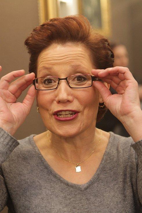 Paní Hana se na závěr vyfotila jak s brýlemi, tak bez nich. V obou případech jí to moc slušelo. Jak řekla vizážistka, pod brýle je nutné oči více zvýraznit.