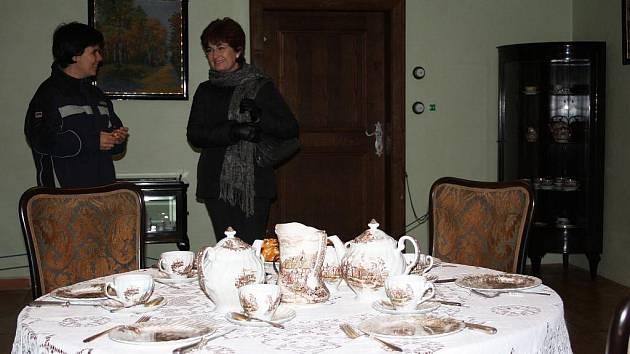 Jako v domácnostech babiček si připadají mnozí návštěvníci adventních prohlídek na hradě v Nových Hradech. Vyprávění o starých zvycích v podání Markéty Čížkové (vlevo) si v sobotu nenechala ujít ani Kateřina Jandová z Borovan.