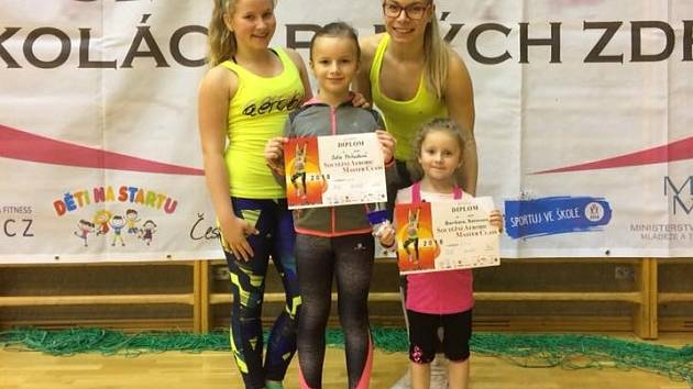 Jihočešky po úspěšném závodě: zleva Natálie Vranovská, Sofie Příhodová, Barbora Beranová, trenérka Klára Blažková