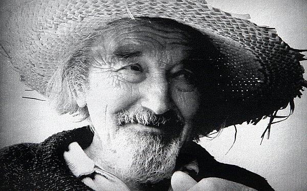 Alfred Kindler, kterého proslavily návrhy látek ikrajiny, oslavil 91.narozeniny. Dělá koláže a říká: 'Chtěl bych žít, žít a tvořit.' Na snímku ve svém ateliéru na Včelné.