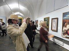 V Alšově jihočeské galerii v Hluboké nad Vltavou je k vidění výstava Košická moderna reflektující umění 20. let 20. století v východoslovenské metropoli. Stálá expozice Meziprůzkumy byla doplněna o intervenci u vchodu do galerie.
