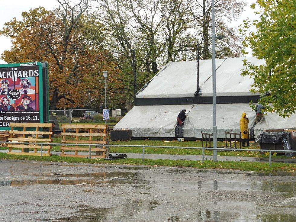 Na Mariánském náměstí právě pokračují práce na stavbě Boudy.