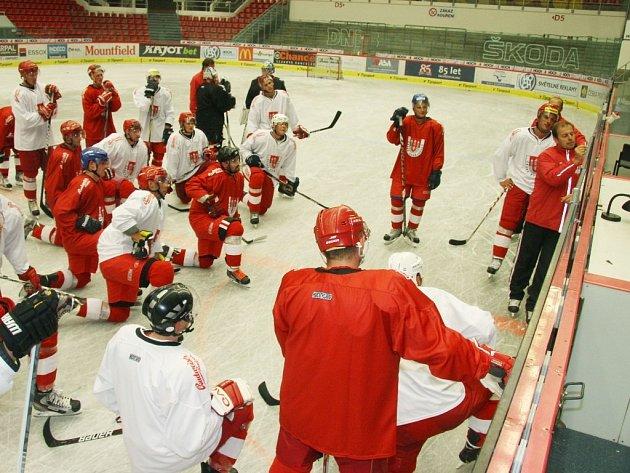Radek Bělohlav udílí na tréninku pokyny svým svěřencům.