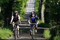 S přibývajícími teplotami se na jihočeských silnicích a stezkách objevuje stále větší množství cyklistů. Tematický snímek pochází z Pošumaví.