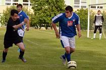 Chrášťany, které po roce sestupují, remizovaly se Čtyřmi Dvory B 1:1. Na snímku je u míče domácí Konařík, vlevo autor prvního gólu Tomeček.