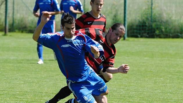 Bavorovický Melichar padá po středu s táborským Kukačem: fotbalisté FK Tábor sice v Bavorovicích vyhráli 3:1, blíž k postupu do divize ale stále má Roudné.