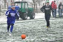 Na Hluboké se v neděli čerti ženili. Týn si pozval k přátelskému utkání Albrechtice, vyhrál hladce 6:0, a protože hustě sněžilo, po zápase musel vyjet na umělku traktor s pluhem. Na snímku uniká s míčem nový muž v kádru Olympie Vladimír Kášek.