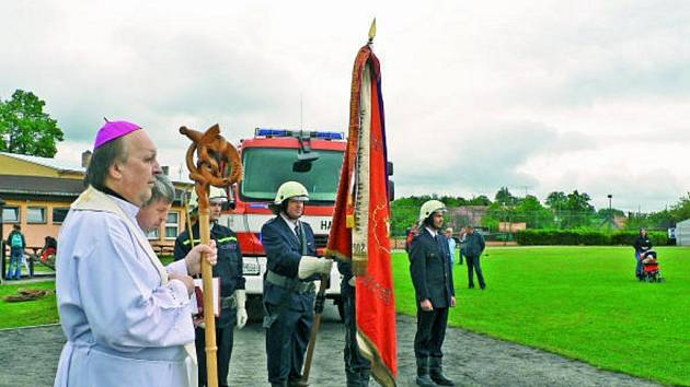Čestná jednotka ledenických dobrovolných hasičů, světící českobudějovický biskup Pavel Posád, rekonstruovaný prapor z roku 1902 a zbrusu nová hasičská cisterna, to byli hlavní aktéři slavnostních okamžiků v Ledenicích při Memoriálu Františka Janáčka.