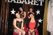 S mladými tanečnicemi se návštěvníci Kabaretu U Váňů ocitnou v šantánu.