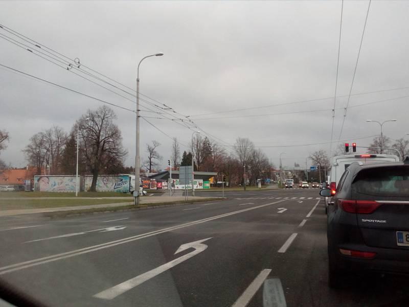Mimořádné kolony 7. prosince 2020 mimo jiné kvůli pracím na Dlouhém mostě zažila třeba Českobudějovická ulice Na Sadech. Její pokračování - Husova třída u výstaviště - už za mostem, ovšem téměř zelo prázdnotou.