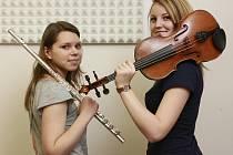 Úspěšné studentky českobudějovické konzervatoře: flétnistka Anežka Vargová (vlevo) a violistka a houslistka Lenka Němcová.