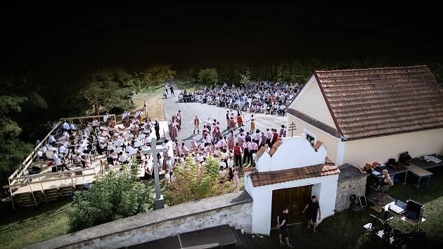 Chřešťovice se staly poslední letní scénou Jihočeského divadla této sezony. Uvedlo zde operu Prodaná nevěsta v režii Tomáše Ondřeje Pilaře, nového šéfa opery.