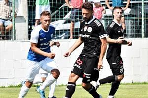 Patrik Brandner v zápase Dynama s Táborskem (4:0) v souboji s táborským Schramhauserem.