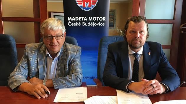 Hokejisté Motoru jdou do sezony s novým generálním partnerem, který se stala Madeta. Smlouvu podepsali generální ředitel Madety Milan Teplý (vlevo) a prezident Motoru Roman Turek.