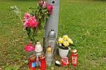 Lidé v Ločenicích na návsi zapalují svíčky za muže, jenž zemřel na následky zranění, která utrpěl po úterní srážce s autem na ločenické autobusové zastávce.