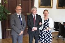 Českobudějovickou radnici navštívil J. E. Robert Kvile (uprostřed), velvyslanec Norského království v České republice společně s manželkou. Přijal je primátor Jiří Svoboda.
