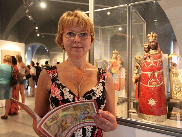 POUTNÍ místa dokumentuje nová výstava v Muzeu Jindřichochradecka. Na snímku kurátorka Štěpánka Běhalová.