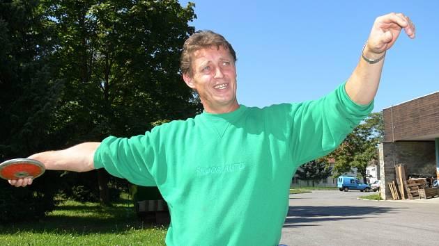 Českobudějovický Josef Štiak, jenž závodí za Nové Město nad Metují, na nedávném mistrovství republiky zářil: vyhrál oštěp, kouli i disk, který se stal jeho parádní disciplínou, o čemž svědčí splněný nominační limit pro paralympiádu v Pekingu.