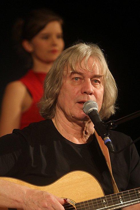 Pavel Žalman Lohonka měl 23. března koncert ke svým 70. narozeninám v českobudějovickém Metropolu. Na snímku v pozadí Adéla Jonášová.