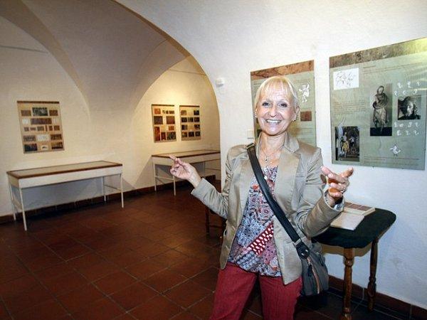 Kateřina Cichrová ukazuje expozici Štafířství a intarzie.