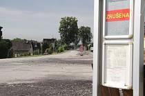 Původní zastávku nahradí v Novém Roudném kruhový objezd. V obci by měl zpomalovat neukázněné řidiče. Mezi místními však o jeho přínosu panují pochyby.