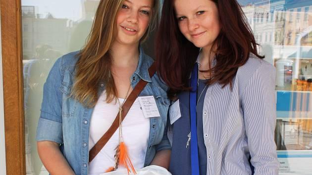 Také dvojice dívek Adéla Hotárková (vlevo) a Klára Fořtová z Gymnázia Česká včera na náměstí Přemysla Otakara II. vybíraly dobrovolné příspěvky v souvislosti se sbírkou pro opuštěné děti.