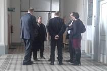 Obžalovaní se svými obhájci před jednací síní krajského soudu. Zcela vpravo je osvobozená Iveta Čermáková.