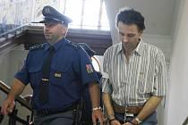 Jaroslav Vyšata se k loupeži přiznal, pokladní směnárny však prý neudeřil a nevyhrožoval jí.