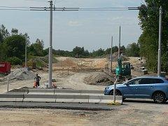 Budějovická sídliště Máj a Vltava má spojit nová komunikace. Začala se stavět v dubnu, hotova má být v červnu 2018.