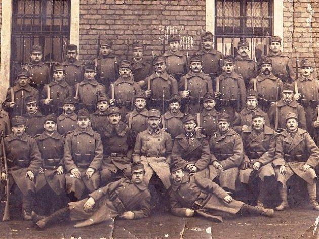 Vojáci, kteří bojovali v první světové válce. Mezi nimi pravděpodobně také Jan Ťupa z Doubravky.