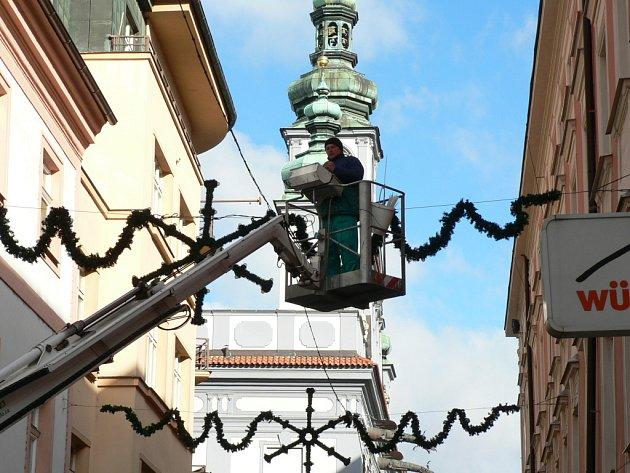 Bez speciální vysokozdvižné plošiny už by se předvánoční výzdoba mnohých obcí a měst neobešla. V Českých Budějovicích ji zajišťuje firma Eltodo Citellum, která se stará i o městské veřejné osvětlení.