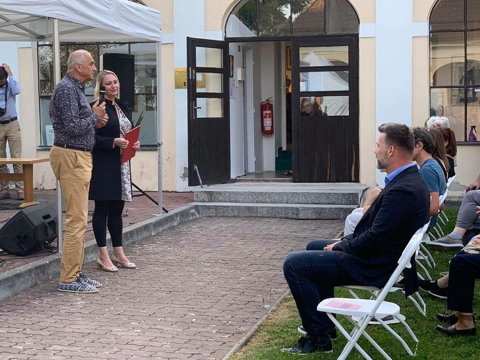 Letošní Lišovské slavnosti zahájil architekt a herec David Vávra. Ve Schwarzenberském špitále otevřel svou celoživotní výstavu o cestě domů.