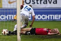 Ostravský Varadi se chystá slavit vítězný gól Baníku, Lovre Vulin leží na trávníku.