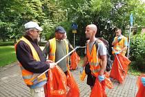 Budějčtí bezdomovci uklízeli v pátek 3. července Rudolfovskou třídu. Vedl je dobrovolník František. Za odměnu dostanou stravenky.