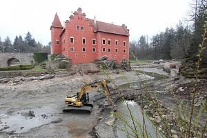 Červená Lhota, jak ji neznáte. V současné době se čistí zámecký rybník. Práce možná přinesou objev.