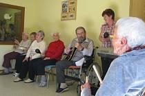 Narozeninovou party se vším všudy si včera užívali obyvatelé Domova pro seniory Chvalkov. Nechybělo při něm ani vystoupení zdejšího hudebního souboru.