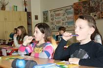 Čištění zubů nacvičují děti z českobudějovické Základní školy Nerudova pod dohledem dentální hygienistky. Škola je totiž zapojena do projektu Dětský úsměv.