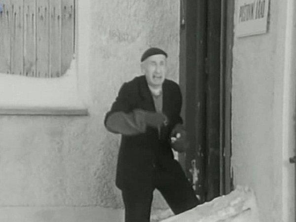 Poštu ve druhé povídce filmaři umístili do domu naproti pile ve Kvildě.
