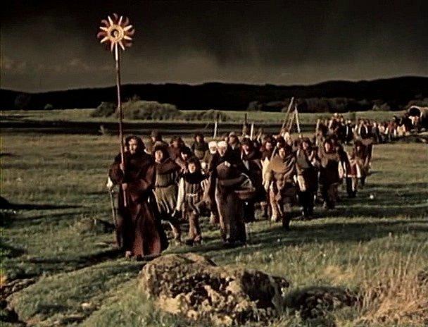 Záběr z filmu Jan Žižka, který se zčásti natáčel na jihu Čech. Při natáčení posloužila i louka u Lenory. V čele průvodu nese kněz rozštípí, náboženský symbol husitů.