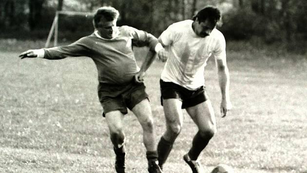 V exhibičním utkání v Roudném (léto 1992) Ladislav Kolda (u míče) v souboji s Vojtěch Šolcem, který zrovna slavil padesátku.