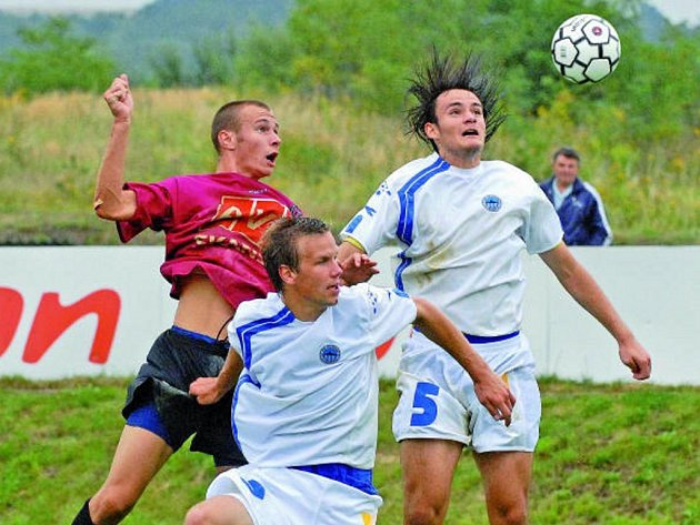 Tomáš Stráský v hlavičkovém duelu s Dejmkem a Jonášem.